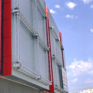 Реклама на фасаді ТРЦ